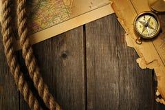 古色古香的指南针和绳索在老地图 免版税图库摄影