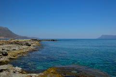 在干尼亚附近的美丽的海,克利特海岛,希腊 免版税库存照片