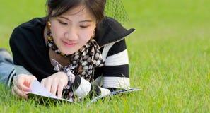 妇女阅读书 免版税库存照片