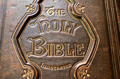 老圣经盖子的特写镜头 库存图片