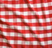 红色被弄皱的亚麻制方格花布野餐桌布 库存图片