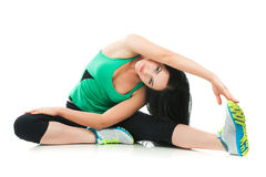 做在地板上的美丽的运动的妇女锻炼 免版税库存照片