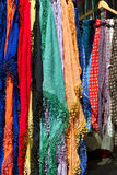 五颜六色的披肩在市场上的待售失去作用 免版税图库摄影