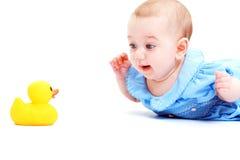 与玩具的婴孩戏剧 库存图片