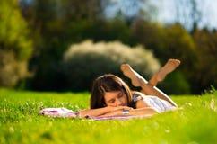在草的妇女睡眠 免版税图库摄影