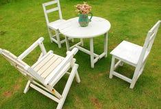 Άσπρες καρέκλες με τη διάσκεψη στρογγυλής τραπέζης Στοκ εικόνα με δικαίωμα ελεύθερης χρήσης