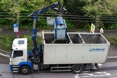 Φορτηγό που εκκενώνει το εμπορευματοκιβώτιο ανακύκλωσης γυαλιού Στοκ φωτογραφίες με δικαίωμα ελεύθερης χρήσης