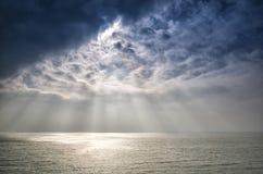 在海洋的美好的太阳射线 免版税库存照片