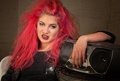 喜怒无常青少年与桃红色头发 免版税库存图片