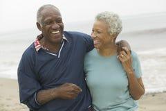 在海滩的快乐的非裔美国人的成熟夫妇 免版税库存图片