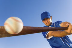 Игрок ударяя шарик с бейсбольной битой Стоковое Фото