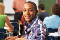 公少年学生在教室 库存照片