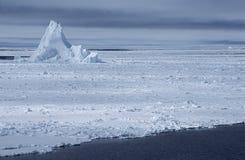 在冰原的南极洲威德尔海冰山 免版税图库摄影