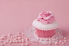 与桃红色花的杯形蛋糕 免版税图库摄影