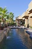 与瀑布特点和棕榈树的豪华别墅 免版税库存图片