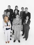 站立与胳膊的确信的企业队画象横渡了反对白色背景 库存照片
