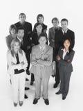 站立与胳膊的确信的企业队画象横渡了反对白色背景 库存图片
