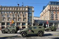 胜利天游行的准备在莫斯科-在城市街道上的军用设备 免版税库存照片