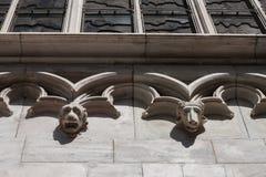 在教会的门面的动物头 免版税图库摄影