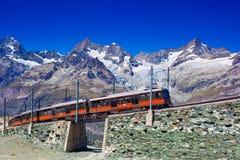 火车在阿尔卑斯 库存照片