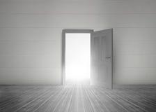 显露明亮的光的门开头 库存照片