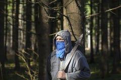 Άτομο με ένα μεγάλο μαχαίρι στα ξύλα Στοκ Εικόνες