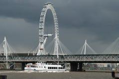反对灰色天空的伦敦眼 免版税图库摄影