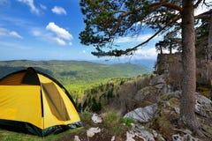 在岸的黄色野营的帐篷在早晨光 免版税库存图片