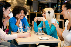咖啡休息的愉快的女孩 免版税库存图片