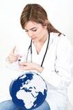 妇女给射入在白色的世界地球 免版税库存照片