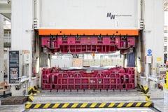 在汽车制造的水压机 免版税库存照片