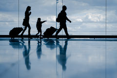 家庭在机场 免版税库存图片