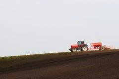 拖拉机运作的领域 免版税库存图片