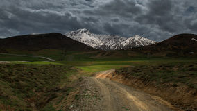 与美丽的雪山,土耳其的农村场面 图库摄影
