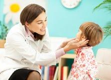 儿科医生和她的患者 免版税库存照片