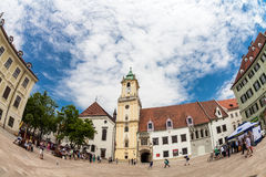 Главным образом городская площадь в старом городке в Братиславе, Словакии Стоковое Изображение