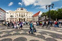 在斯洛伐克国家戏院,布拉索夫前面的人们 免版税图库摄影