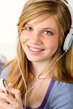 十几岁的女孩听的音乐的画象 库存照片