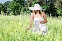 草的妇女 图库摄影