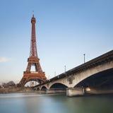 在蓝天在日落,巴黎的埃佛尔铁塔 免版税库存照片