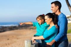 女孩做父母海滩 免版税库存图片