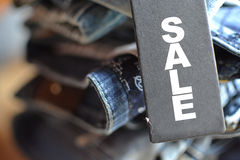 有销售标记的牛仔裤 库存图片