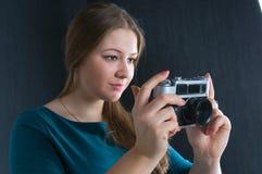 有照相机的美丽的女孩 免版税图库摄影