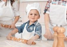 Ευτυχές μικρό κορίτσι που κατασκευάζει τη ζύμη πιτσών Στοκ φωτογραφίες με δικαίωμα ελεύθερης χρήσης