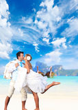 在他们的海滩婚礼的年轻夫妇 免版税库存图片