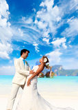 在他们的海滩婚礼的年轻夫妇 库存图片
