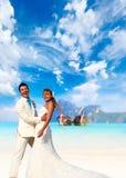 在他们的海滩婚礼的年轻夫妇 免版税图库摄影