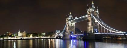 塔桥梁和伦敦塔全景 库存照片