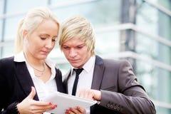 Таблетка человека бизнес-леди цифровая Стоковое фото RF