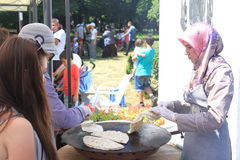 准备饼的土耳其妇女 免版税库存图片